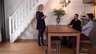 Une mere de famille se fait pilonner l asshole par two nibbles