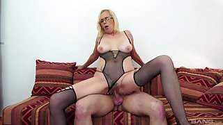 Nephew's cock really makes the blonde mature to lose it